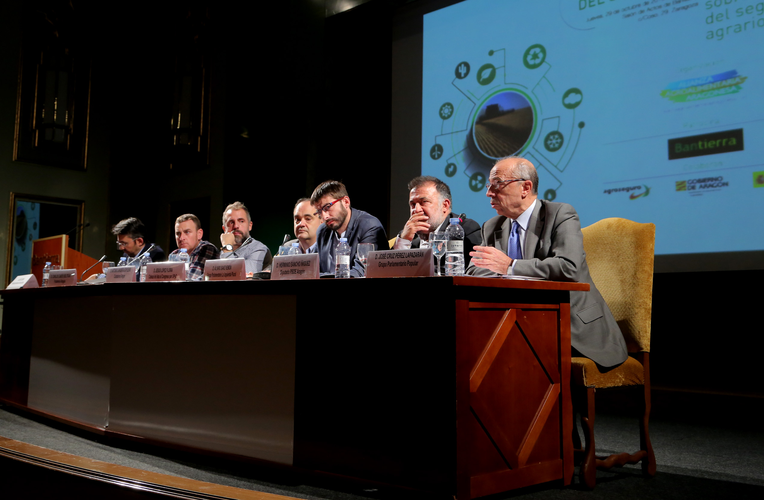 Representantes políticos debatiendo sobre el seguro agrarios