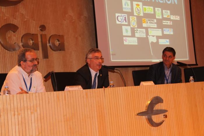 De izquierda a derecha, D. Rosendo Castillo, Presidente Ejecutivo de CINGRAL, D. Joaquín Olona, Consejero de Desarrollo Rural y Sostenibilidad el Gobierno de Aragón y D. Ángel Jiménez, Decano del Colegio Of. de Ingenieros Agrónomos