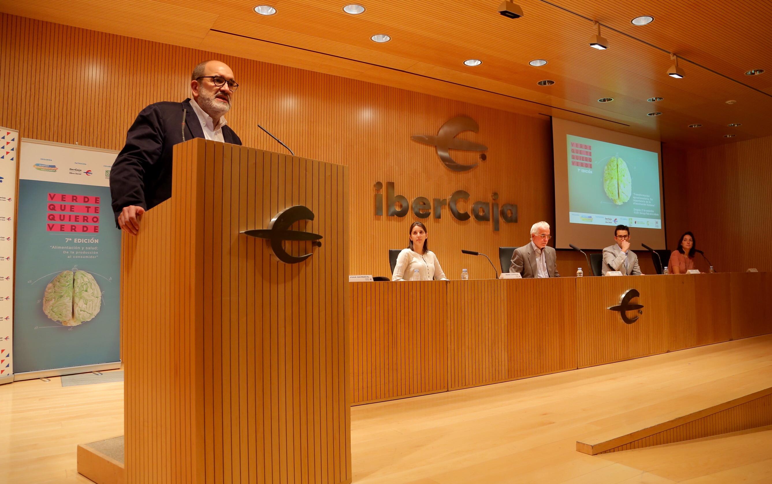 Mesa de los ponentes y presentación de Juan Barbacil