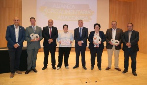 fotografia de los premiados y representantes de la AAA