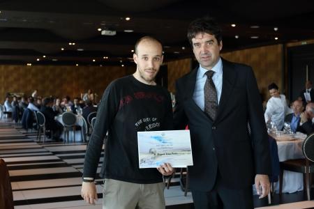 Javier García Ramos entrega diploma y 1000€ a Miguel Sánz Pérez