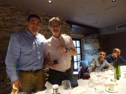 El delegado Carlos Dorronsoro, hace entrega del detalle por los 25 años de colegiación a Fernando Ruiz Fernandez