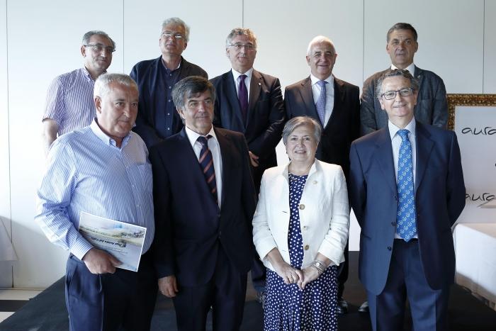 foto del grupo de colegiados que han cumplido 25 años de colegiación en el 2017, con el Secretario del Colegio y el Consejero de DR y Sostenibilidad